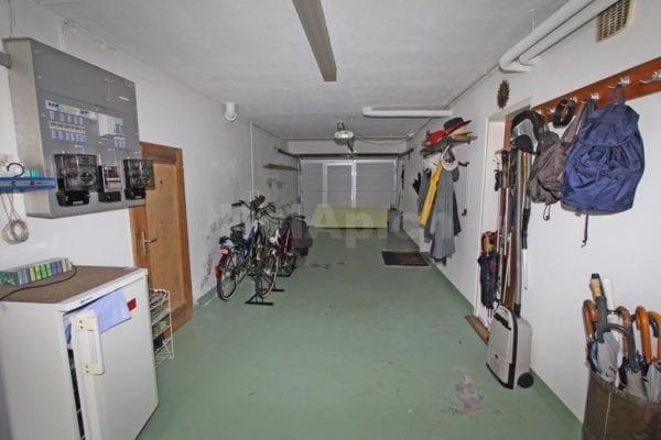 6616H217_garage.jpg